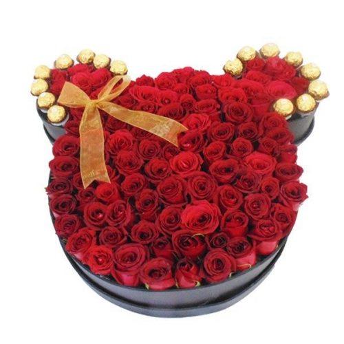 base de madera en forma de cabeza de minnie mouse con rosas rojas y chocolates ferrero