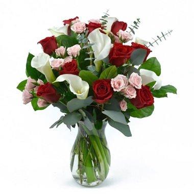 Bouquet de rosas rojas y calas