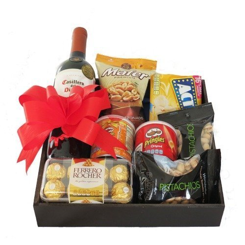 Caja con vino y snacks