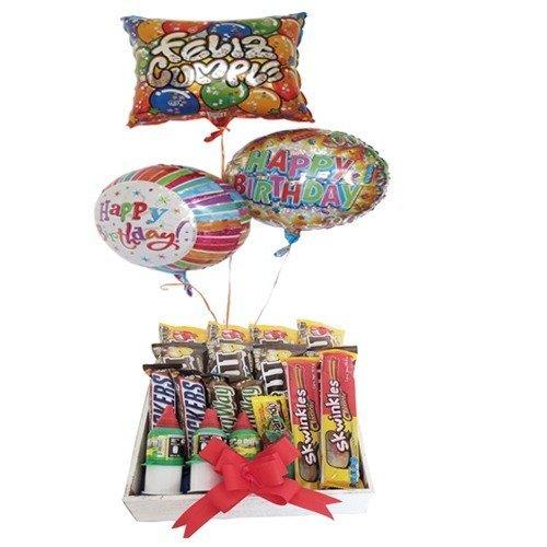caja de madera con dulces y globos con helio