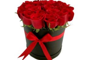 25 rosas rojas en caja negra