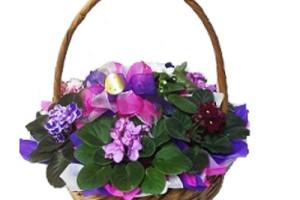 Canasta con violetas