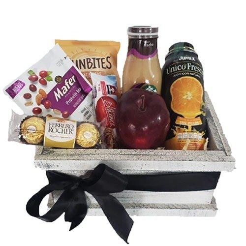 caja de madera con manzana, jugo, café, cereales y chocolates