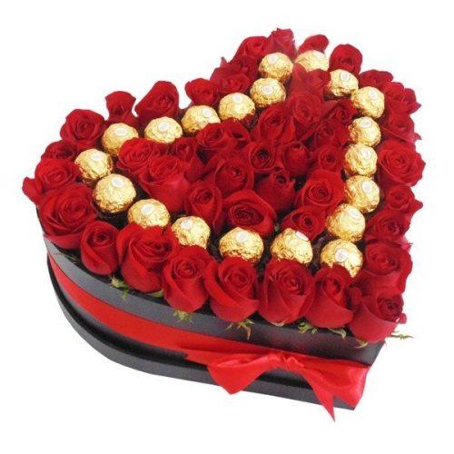 Corazón de rosas rojas y chocolates ferrero