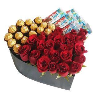 caja en forma de corazon con rosas rojas, chocolates ferrero rocher y kinder delice