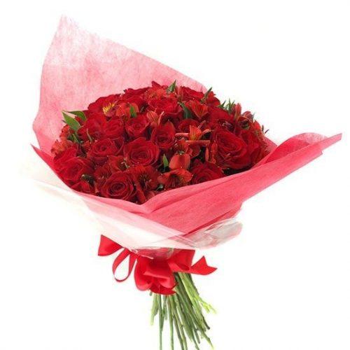 ramo de rosas rojas y astromelias