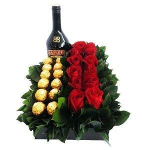 rosas rojas, chocolates y bayleis en caja de madera