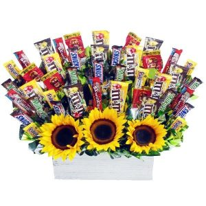 dulces y chocolates con girasoles en base de madera