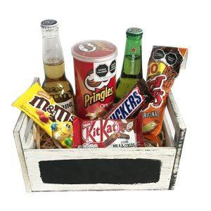 caja de madera con botanas, dulces y cervezas